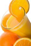 Vidrio de zumo y de naranjas de naranja aislados Imagen de archivo