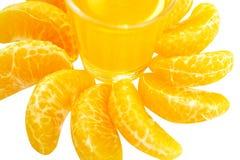 Vidrio del aislante fresco anaranjado del jugo y de la mandarina en el fondo blanco imágenes de archivo libres de regalías