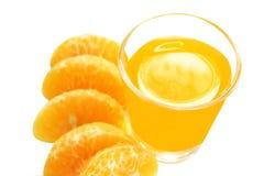 Vidrio del aislante fresco anaranjado del jugo y de la mandarina en el fondo blanco foto de archivo