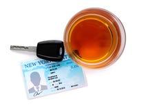 Vidrio del alcohol, de la llave del coche y del carné de conducir en el fondo blanco, visión superior fotografía de archivo