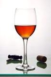 Vidrio del alcohol, del corcho y de un sacacorchos. Imagen de archivo libre de regalías