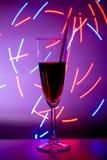 Vidrio del c?ctel con el fondo Un vidrio en la barra en un caf?, un restaurante, un club nocturno o un disco Vidrio o stemware co fotos de archivo