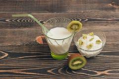 Vidrio del cóctel de la leche con los kiwis y la crema batida Foto de archivo libre de regalías