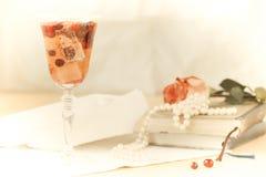 Vidrio del cóctel del champán y del arándano con los libros del vintage y Imagen de archivo