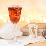 Vidrio del cóctel del champán y del arándano con los libros del vintage y Fotos de archivo libres de regalías