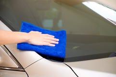 Vidrio del coche de la limpieza Imágenes de archivo libres de regalías