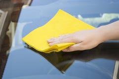 Vidrio del coche de la limpieza Imagenes de archivo