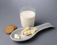 Vidrio del desayuno de leche y de galletas Fotos de archivo libres de regalías