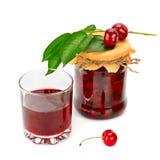 Vidrio del jugo de la cereza y del tarro de atasco imagen de archivo
