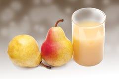 Vidrio del jugo de la pera con las peras Imagenes de archivo