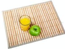 Vidrio del jugo y de la manzana verde en servilleta Fotografía de archivo libre de regalías