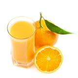 Vidrio del jugo y fruta anaranjada Fotografía de archivo libre de regalías