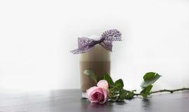 Vidrio del Latte del café con el cordón púrpura y el rosa Rose Imagen de archivo libre de regalías