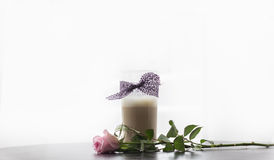 Vidrio del Latte del café con el cordón púrpura y el rosa Rose Imagenes de archivo