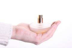 Vidrio del perfume en la mano imágenes de archivo libres de regalías