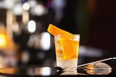 Vidrio del primer del cóctel pasado de moda adornado con la naranja Foto de archivo
