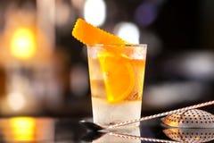 Vidrio del primer del cóctel pasado de moda adornado con la naranja Foto de archivo libre de regalías