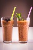 Vidrio del smoothie de las frutas congeladas y frescas con la menta y la paja Imágenes de archivo libres de regalías
