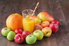 Vidrio del smoothie frío fresco con la fruta fresca Foto de archivo libre de regalías