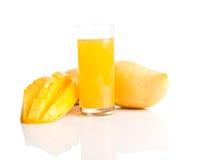 Vidrio del smoothie fresco del mango imágenes de archivo libres de regalías