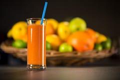 Vidrio del smoothie fresco hecho de las naranjas, zanahorias Foto de archivo libre de regalías