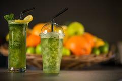 Vidrio del smoothie verde fresco hecho de la menta Imagenes de archivo