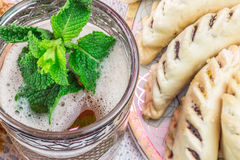 Vidrio del té de la menta de Moroccoan con las galletas Fotos de archivo libres de regalías