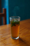 Vidrio del té de la menta en una tabla Imagenes de archivo