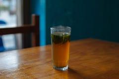 Vidrio del té de la menta en una tabla Imagen de archivo libre de regalías