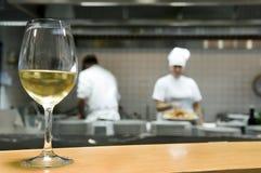 Vidrio del vino blanco en una cocina del restaurante Fotos de archivo libres de regalías