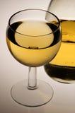 Vidrio del vino blanco y de la botella imágenes de archivo libres de regalías