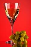 Vidrio del vino blanco y de la uva Imagen de archivo