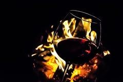 Vidrio del vino, hoguera en fondo Fotos de archivo libres de regalías
