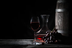 Vidrio del vino rojo, de la jarra y de una barra Fotos de archivo