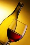 Vidrio del vino rojo y de la botella Fotografía de archivo