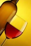 Vidrio del vino rojo y de la botella Imágenes de archivo libres de regalías
