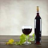 Vidrio del vino rojo y de la botella de vino Fotos de archivo libres de regalías