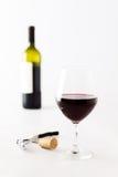 Vidrio del vino rojo y de la botella en fondo Fotografía de archivo libre de regalías