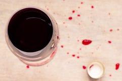 Vidrio del vino rojo y de la cápsula Fotografía de archivo