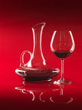 Vidrio del vino rojo y de la jarra Fotos de archivo