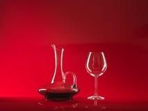 Vidrio del vino rojo y de la jarra Fotografía de archivo libre de regalías