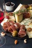 Vidrio del vino rojo y de la placa de queso con queso mohoso de los pedazos, favorable Fotografía de archivo
