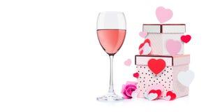 Vidrio del vino rosado con el corazón y de la caja de regalo rosada Fotos de archivo libres de regalías