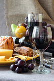 Vidrio del vino y de una placa del queso Fotos de archivo libres de regalías