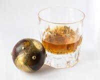 Vidrio del whisky con el objeto, la creatividad y los lifes perfectos esféricos Imagenes de archivo