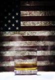 Vidrio del whisky contra con humo fotos de archivo