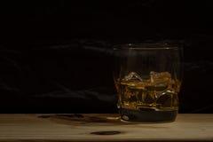 Vidrio del whisky en fondo negro Foto de archivo libre de regalías