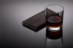 Vidrio del whisky y de un tenedor de la tarjeta de visita Imagen de archivo libre de regalías