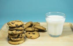 Vidrio del VIDRIO Y de las GALLETAS A de LECHE de leche con la pila de galletas imágenes de archivo libres de regalías