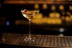 Vidrio elegante llenado de la bebida dulce sabrosa adornada con el brote color de rosa imágenes de archivo libres de regalías
